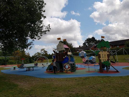 スウェーデンの公園にある遊具がカラフルで機能的
